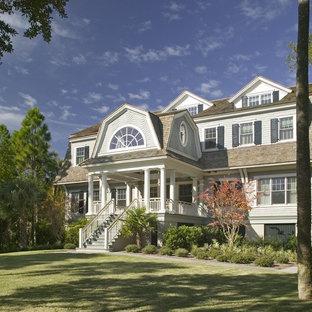 チャールストンのトラディショナルスタイルのおしゃれな腰折れ屋根の家 (木材サイディング) の写真