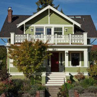 Идея дизайна: двухэтажный, деревянный, зеленый дом среднего размера в классическом стиле с двускатной крышей