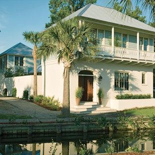 Immagine della facciata di una casa tropicale a due piani