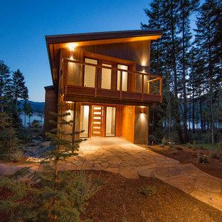 Foto della facciata di una casa grande marrone contemporanea a due piani con tetto a una falda e rivestimento in metallo