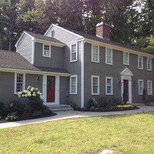 ボストンのトラディショナルスタイルのおしゃれな家の外観 (ビニールサイディング、グレーの外壁) の写真