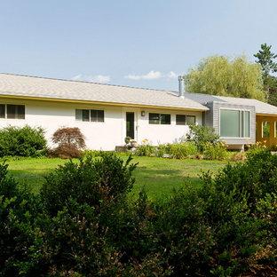 Foto de fachada gris, moderna, pequeña, de una planta, con revestimiento de metal y tejado a dos aguas