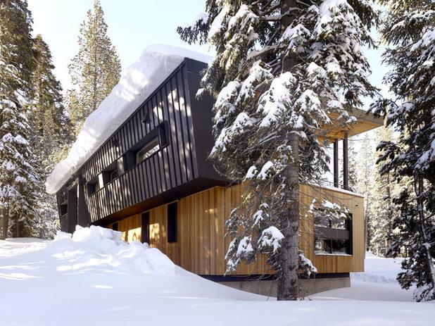 Trendy Hus & facade by John Maniscalco Architecture