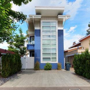 Diseño de fachada multicolor, minimalista, pequeña, de tres plantas, con revestimiento de aglomerado de cemento, tejado plano y tejado de teja de madera