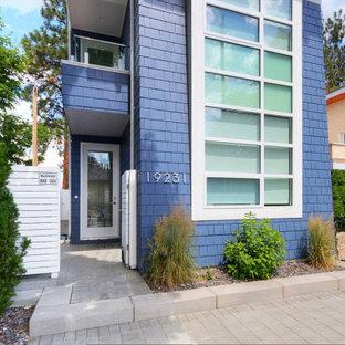 Diseño de fachada multicolor, marinera, pequeña, de tres plantas, con revestimiento de aglomerado de cemento, tejado plano y tejado de teja de madera