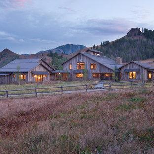 Diseño de fachada rural, extra grande, de dos plantas, con revestimiento de madera y tejado a dos aguas