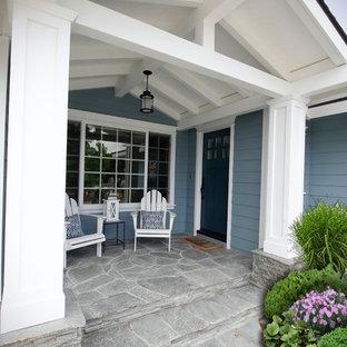 Inspiration för mellanstora maritima blå hus, med allt i ett plan, sadeltak och tak i shingel