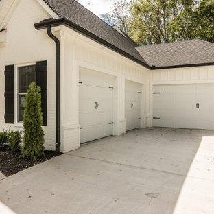 Réalisation d'une grand façade de maison blanche champêtre à un étage avec un revêtement mixte, un toit à deux pans et un toit en shingle.