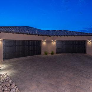 Modelo de fachada de casa multicolor, actual, grande, de una planta, con revestimiento de estuco y tejado de teja de barro