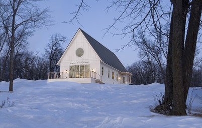 7 Winter Cabins and Porches With Airy White Palettes