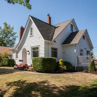 Idées déco pour une petite façade de maison blanche craftsman à un étage avec un toit à deux pans et un toit en shingle.