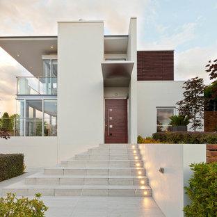 Immagine della facciata di una casa bianca contemporanea a due piani