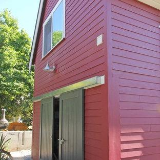 シアトルの小さいコンテンポラリースタイルのおしゃれな家の外観 (コンクリート繊維板サイディング、赤い外壁) の写真