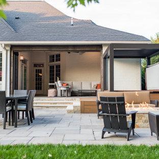 インディアナポリスの中くらいのコンテンポラリースタイルのおしゃれな家の外観 (木材サイディング、ベージュの外壁、混合材屋根) の写真