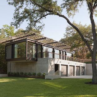 Cette photo montre une façade de maison marron moderne de taille moyenne et à un étage avec un toit plat.