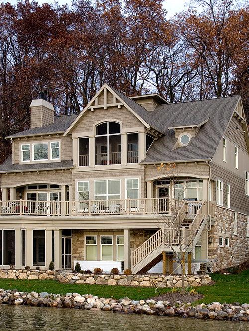 Foto e idee per facciate di case facciata di una casa ampia for Piani casa tetto a capanna