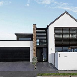 Modelo de fachada blanca, escandinava, a niveles, con revestimiento de estuco
