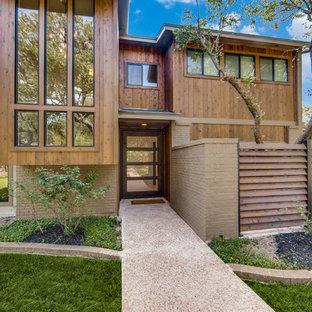 Diseño de fachada de casa marrón, retro, grande, de dos plantas, con revestimiento de ladrillo, tejado a la holandesa y tejado de teja de madera
