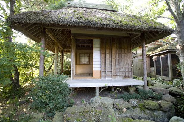 Japonés Fachada by South County Post & Beam, Inc.