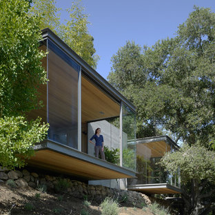 サンフランシスコの小さいモダンスタイルのおしゃれな家の外観 (ガラスサイディング) の写真