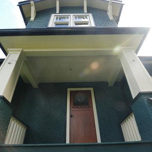 Foto de fachada azul, de estilo americano, de tamaño medio, de dos plantas, con revestimiento de estuco