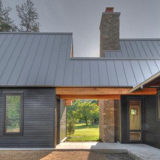 Свежая идея для дизайна: деревянный дом в стиле неоклассика (современная классика) с металлической крышей - отличное фото интерьера