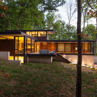 Kleines, Zweistöckiges, Braunes Modernes Einfamilienhaus mit Holzfassade und Flachdach in Milwaukee