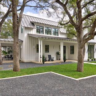 Zweistöckiges, Weißes, Mittelgroßes Country Einfamilienhaus mit Satteldach, Faserzement-Fassade, Blechdach und Wandpaneelen in Austin