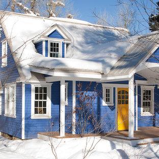 Ejemplo de fachada azul, clásica, de tamaño medio, de dos plantas, con revestimiento de vinilo y tejado a dos aguas