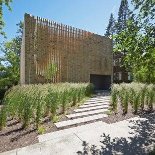 Стильный дизайн: фасад частного дома бежевого цвета в стиле модернизм - последний тренд