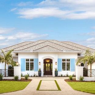 Foto de fachada de casa blanca, marinera, extra grande, de una planta, con revestimiento de estuco, tejado a cuatro aguas y tejado de teja de barro