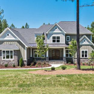 Inspiration för stora amerikanska grå hus, med två våningar, fiberplattor i betong, valmat tak och tak i shingel