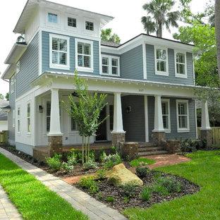 Inspiration pour une grand façade de maison grise craftsman à deux étages et plus avec un toit à quatre pans et un toit en shingle.