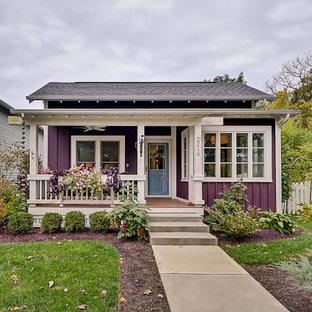 На фото: маленький, одноэтажный, фиолетовый частный загородный дом в классическом стиле с крышей из гибкой черепицы и входной группой
