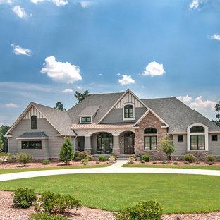 Idee per la facciata di una casa grande grigia american style a un piano con rivestimenti misti e tetto a padiglione