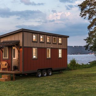 Diseño de fachada roja, de estilo de casa de campo, pequeña, de una planta, con tejado de un solo tendido