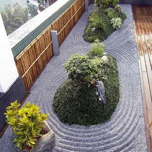 Diseño de fachada de piso multicolor, de estilo zen, de tamaño medio, con revestimiento de madera, tejado plano y tejado de varios materiales