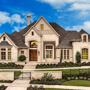Bild på ett gult hus, med allt i ett plan och tegel