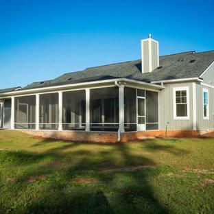 Idéer för att renovera ett mellanstort vintage blått hus, med allt i ett plan, sadeltak och tak i shingel