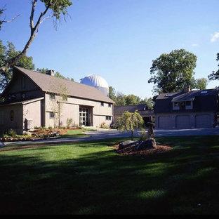 Inspiration för stora lantliga beige trähus, med två våningar och mansardtak