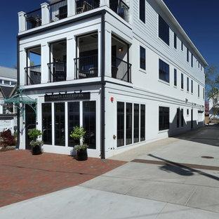 グランドラピッズのトランジショナルスタイルのおしゃれな家の外観 (アパート・マンション) の写真