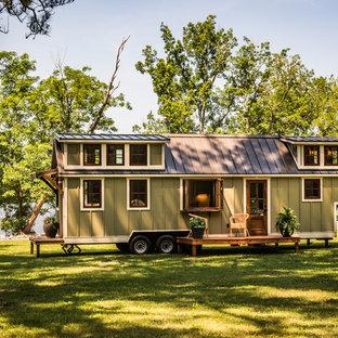 Idéer för att renovera ett litet amerikanskt grönt hus, med två våningar, sadeltak och tak i metall