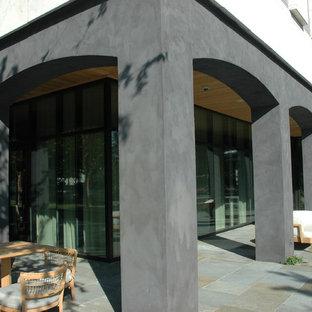 Diseño de fachada gris, retro, extra grande, de tres plantas, con revestimiento de ladrillo