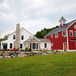 Idee per la facciata di una casa unifamiliare grande rossa country a due piani con rivestimento in legno, tetto a capanna e copertura in metallo o lamiera