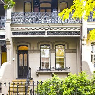 Diseño de fachada beige, clásica, de dos plantas