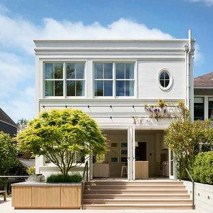 Immagine della facciata di una casa unifamiliare bianca scandinava a due piani