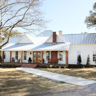 Example of a mid-sized farmhouse white one-story exterior home design in Austin