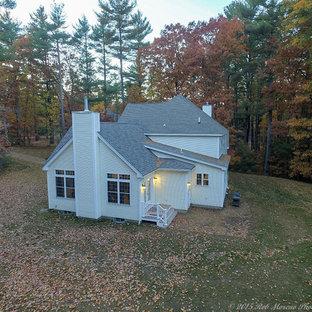 Diseño de fachada de casa blanca, clásica, grande, de dos plantas, con revestimiento de vinilo, tejado a doble faldón y tejado de varios materiales