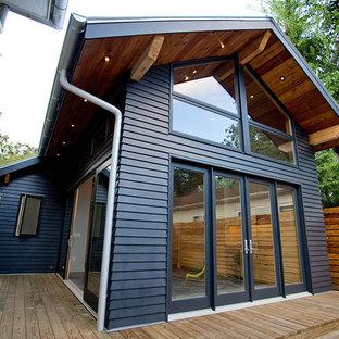Inspiration för små moderna blå hus, med två våningar och fiberplattor i betong