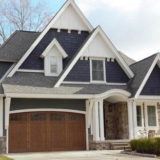 Modelo de fachada de casa azul, de estilo americano, de tamaño medio, de dos plantas, con revestimiento de piedra, tejado a cuatro aguas y tejado de teja de madera
